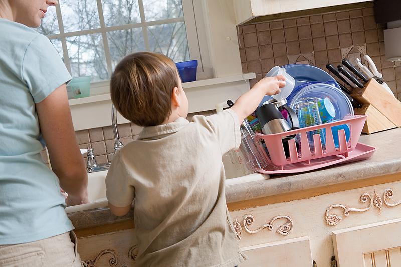 Помогать по хозяйству как пишется