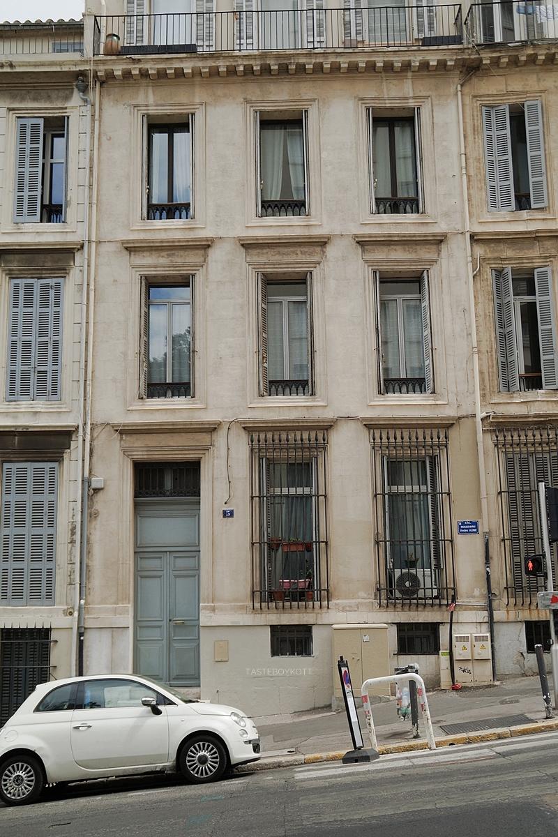 Fassade und Auto am Berg in Marseille, Frankreich // Marseille street scene, France