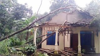 Puting Beliung Porak Porandakan Rumah Empat Desa di Tulung