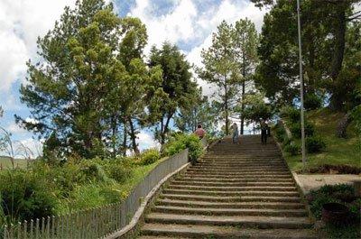 Objek Wisata di Tanah Karo - Tangga menuju Air Terjun Sipiso-piso