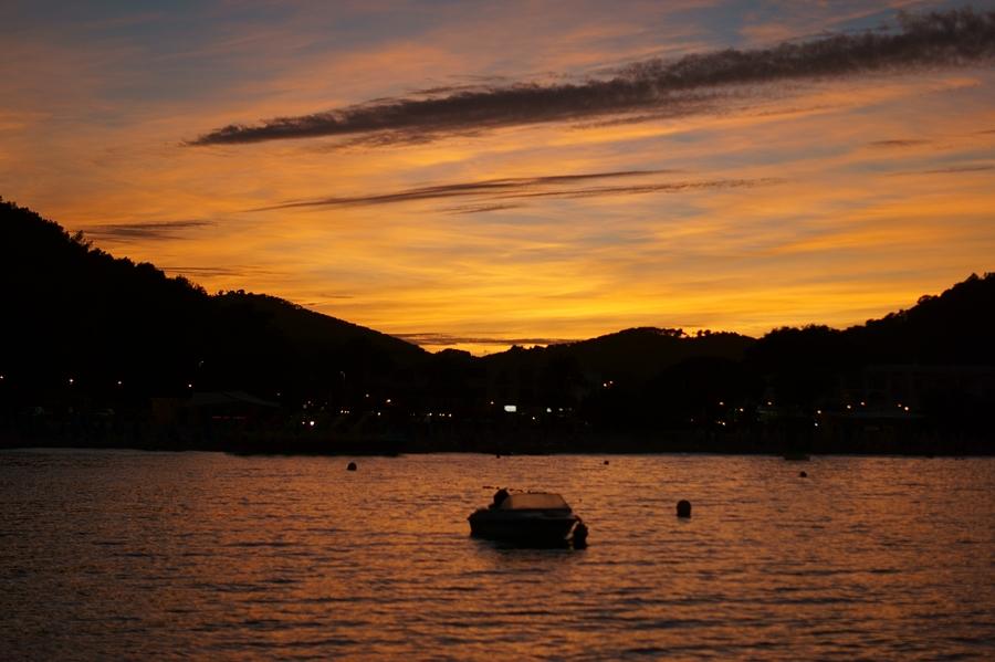 Blog + Fotografie by it's me fim.works - La Isla Blanca Ibiza, Cala Llonga Sonnenuntergang, Spiegelung im Meer