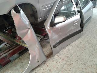 vemos las piezas dañadas y retiradas todavía falta por recuperar algún elemento como el espejo retrovisor.