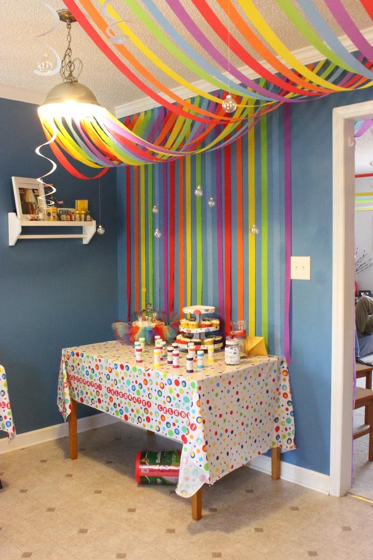 Como decorar el techo con papel creppe - Como adornar un salon ...