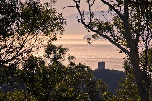 Vista de un Fuerte Neomedieval desde el Fuerte Anyera