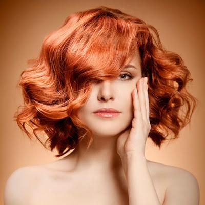 Boucles et vagues : 4 coiffures qui vous font paraître plus jeune