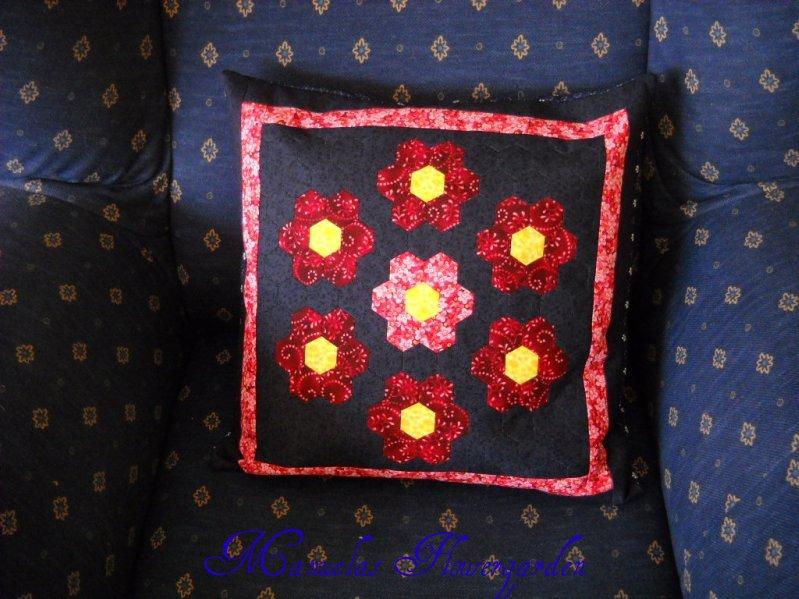 manuelas flowergarden neue kissen und neue stoffe. Black Bedroom Furniture Sets. Home Design Ideas