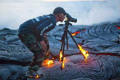 Fotografo en un volcán haciendo erupción.