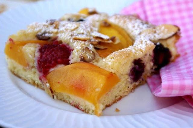 Летний десерт с кусочками фруктов и ягодами