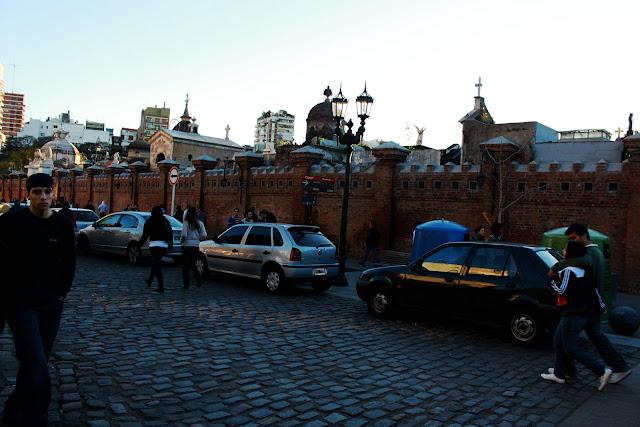 Foto vereda del Cementerio de la Recoleta visitada por gente.