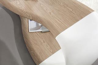 Luxusní stolek v kombinaci s dubovým drěvem Reaction.