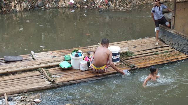 Kekeringan, Warga Karawang Gunakan Air Sungai Untuk MCK