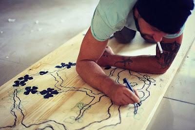 Barra de madera con mosaico incrustado.