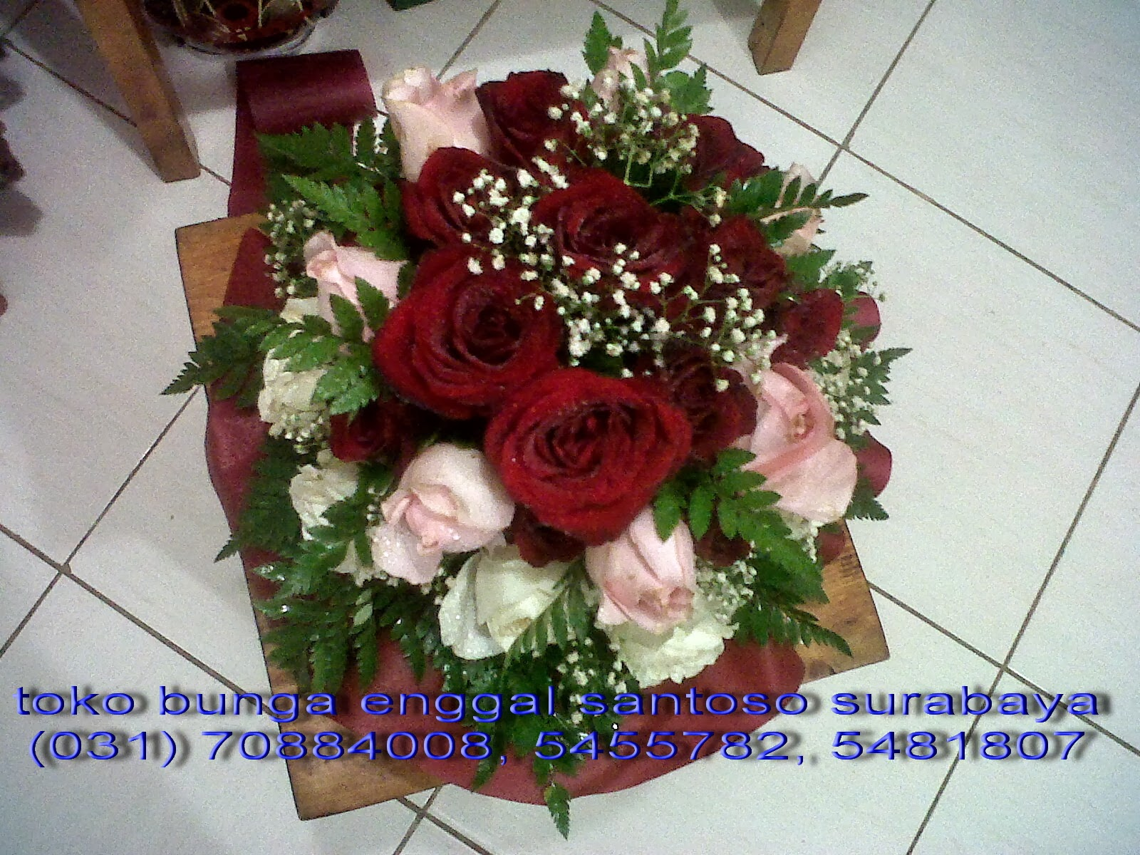 hand bouquet mawar putih dan mawar merah