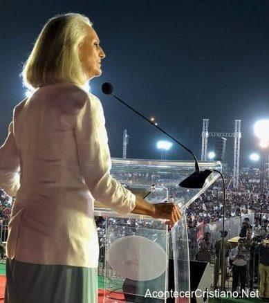 Anne Graham predicando ante miles de personas en la India