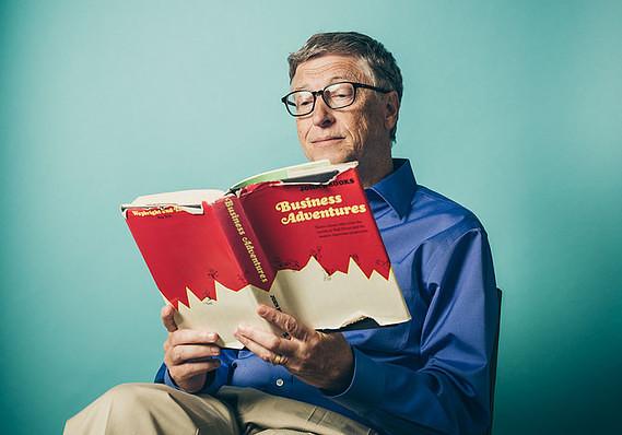 Bill Gates Sedang Membaca