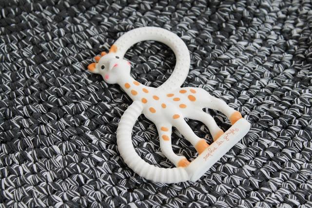 Teppich Babyzimmer sebra skandinavisch schwarz weiss grau pastell Babyzimmer Sophie la Giraffe mit tausendkind und Jules kleines Freudenhaus