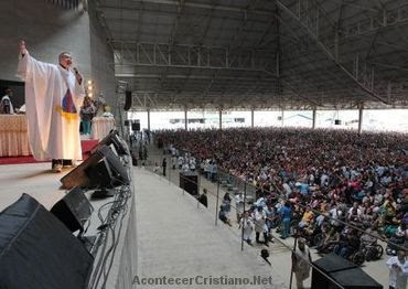Inauguran mega iglesia católica