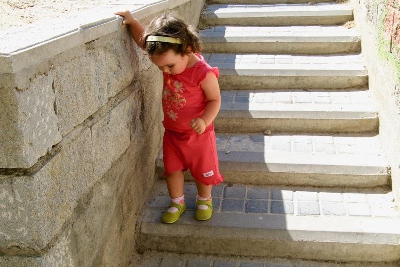 Carmen bajando escaleras con 20 meses