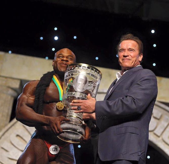 Kai Greene recebe troféu de Campeão Bodybuilding PRO das mãos de Arnold Schwarzenegger. Foto: Arquivo pessoal