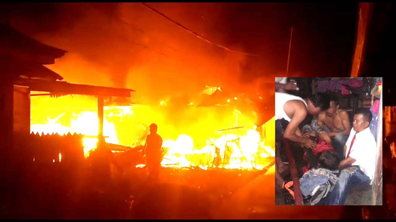 Api yang membakar 4 rumah di Asahan, (insert) Petugas menyelamatkan Rosa dan ibunya yang sembunyi di dalam WC.