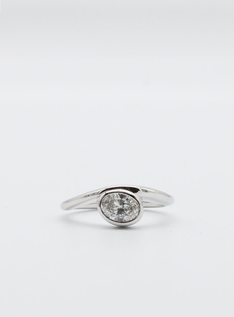 Engagement band in 18k white gold with oval Diamond.