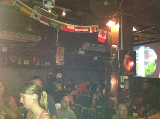 El bar lleno de franceses
