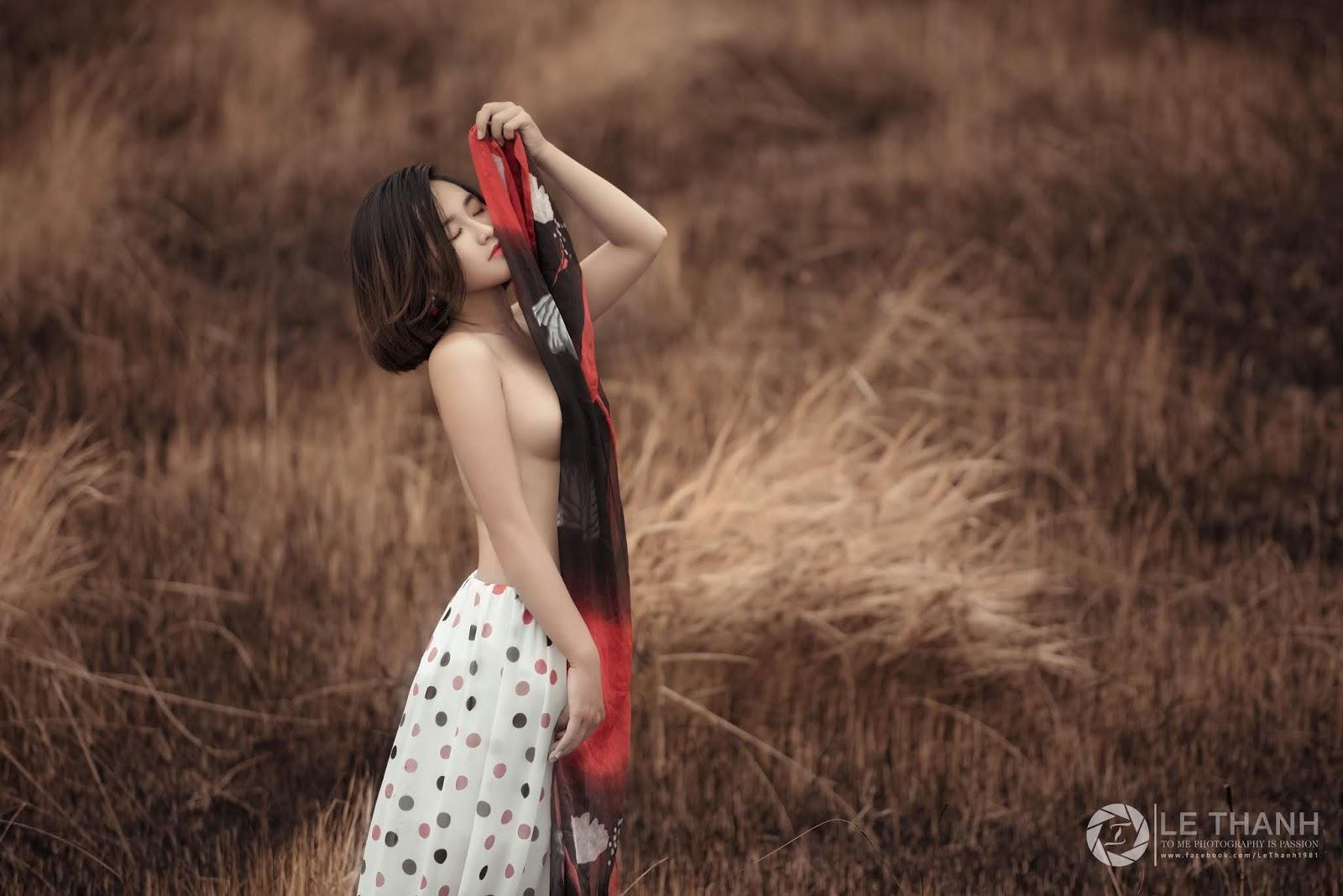Model Tiên Nguyễn nửa kín nửa hở