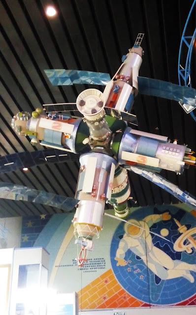 были изобретены самолёты, космические корабли, и, наконец, орбитальные станции (в Самарском музее Авиации и Космонавтики имени С. П. Королева)