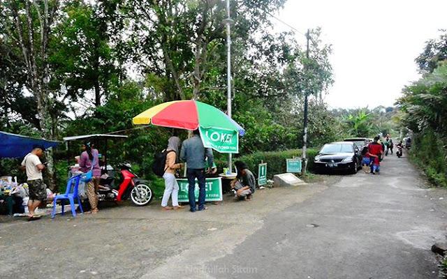 Pengunjung membeli tiket masuk Kebun Bunga Krisan Setiya Aji Bandungan