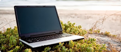 laptop en la playa