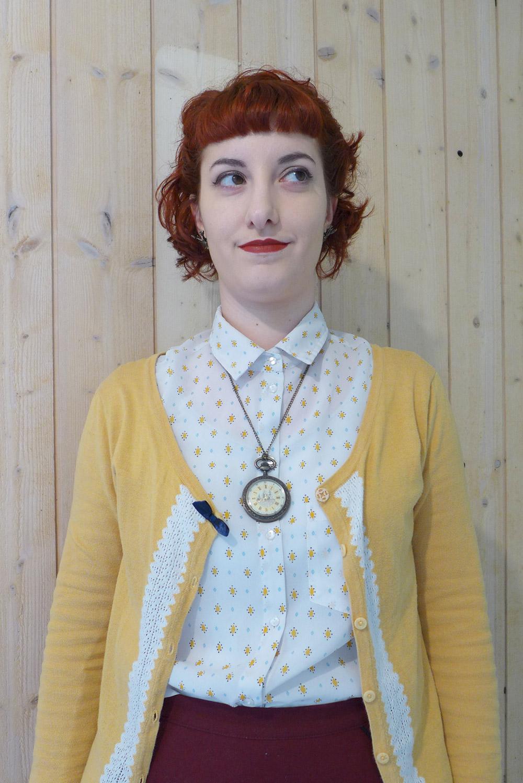 portrait de mon look vintage avec montre à gousset et maquillage rétro