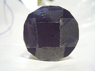 手作り器具で、部分日食を観察 黒画用紙に孔を開け、ラップの芯に貼り付け