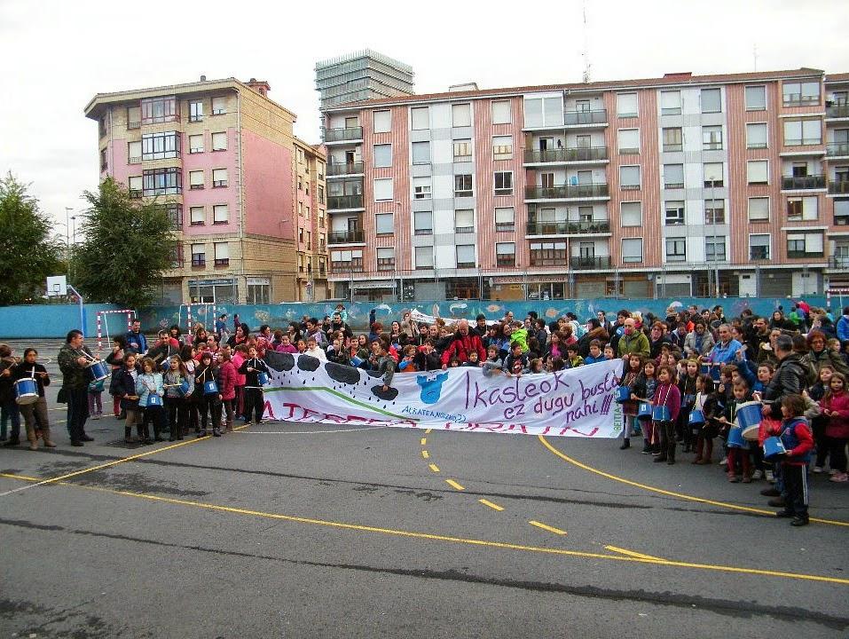 Protesta en el colegio Arteagabeitia en demanda de un patio cubierto