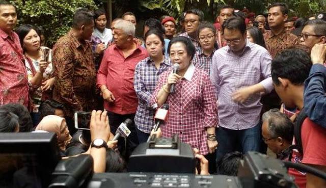 [Tak Sanggup Lihat Kenyataan] Ditanya Hasil Ahok-Djarot, Megawati 'SEMPROT' Reporter TV