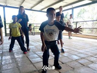 Kinder beim spielen von Gruppenspielen