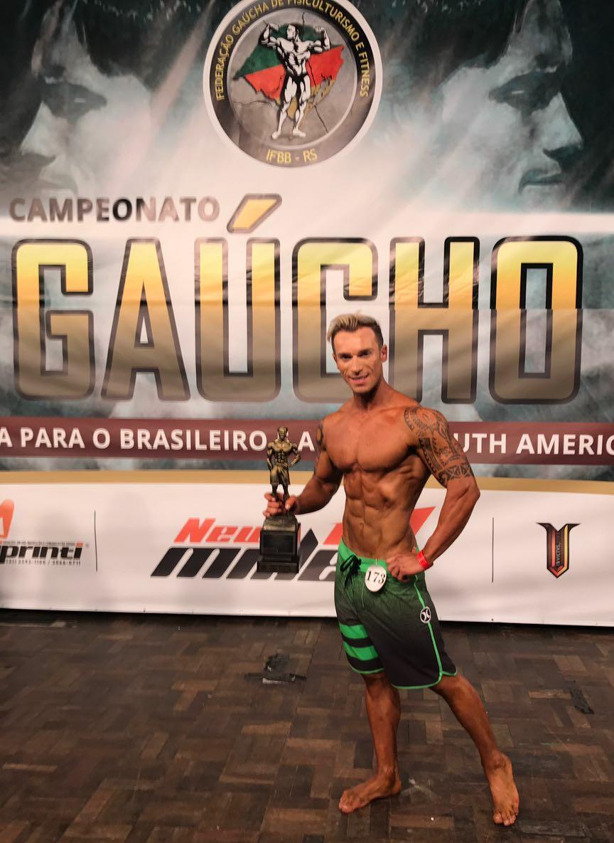 Henrique Drebes posa com o troféu de Campeão Men's Physique até 1,73 m do Campeonato Gaúcho de 2017. Foto: Arquivo pessoal