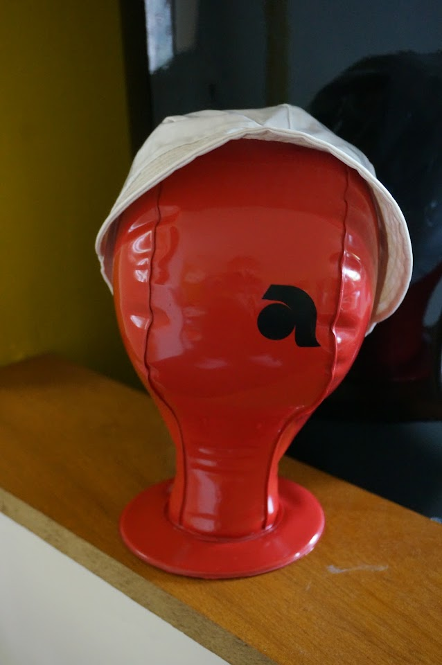 tête à chapeau gonflable  70s inflatable hat stand