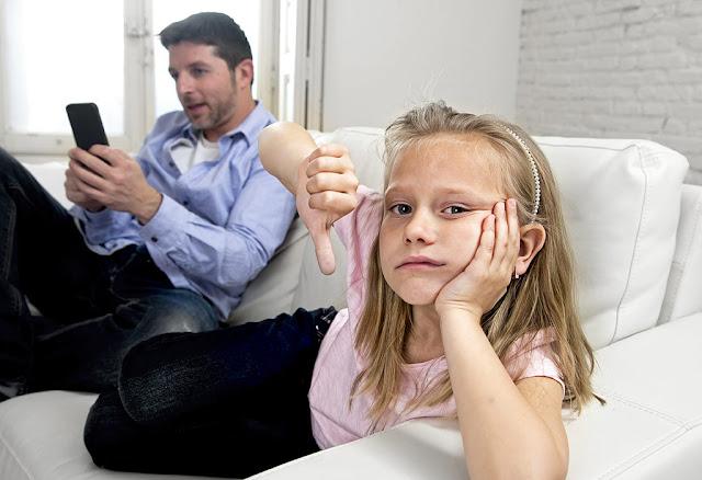 الأطفال ضحية ادمان الآباء و الأمهات على التكنولوجيا