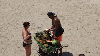 Gyümölcsöt árulnak a tengerparton Menorca-n