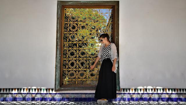 Ja przy oknie w Pałacu El-Bahia, Marakesz, Maroko