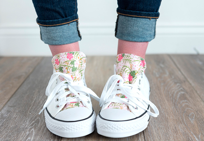 Cómo agregar tela a los zapatos #DIYfashion #DIYConverse #CustomConverse #CustomShoes #DIYCustomShoes #decorateshoes