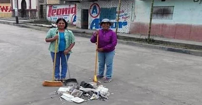 Profesora de Cajamarca barre las calles luego de dictar clases