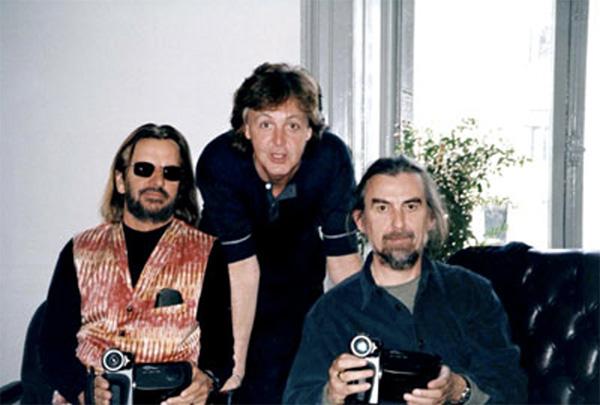 The Beatles Polska: Trzej Beatlesi w jednej kawiarni.