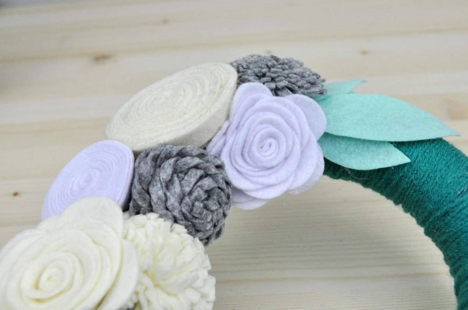Jillibean Soup yarn wrapped, felt flower wreath tutorial by Jen Gallacher. #wreathmaking #jillibeansoup #felt flowers