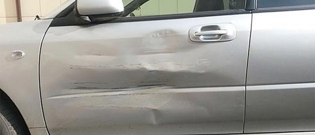 porta amassada de um carro