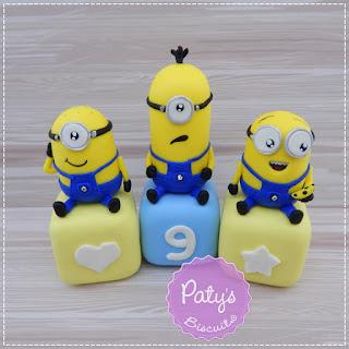 Cubos decorados Minions - Enfeite de mesa para festa infantil - Paty's Biscuit