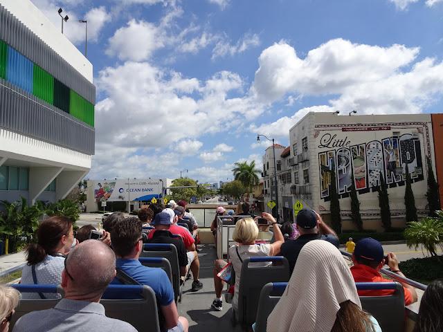 Llegada en el Bus Turístico al barrio cubano Little Havana