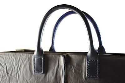Borsa in pelle marrone con maniglie in cuoio tubolare blu, interamente fatta a mano e cucita a mano.