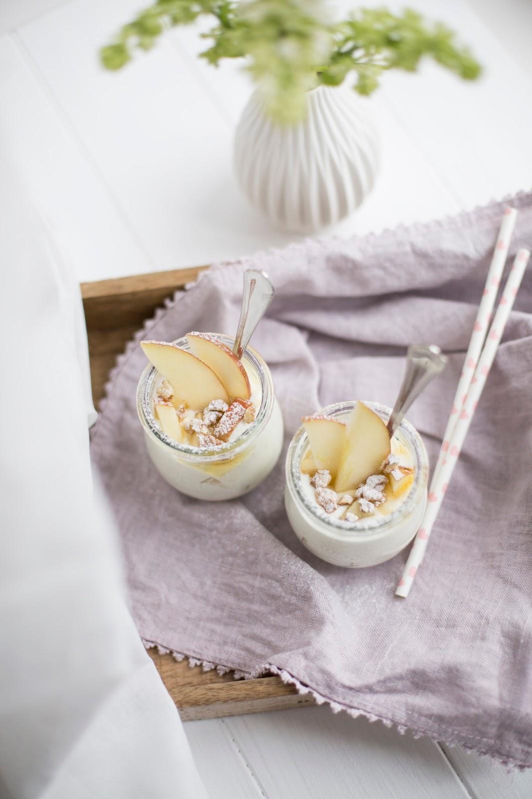 Joghurt mit Äpfeln und Nüssen