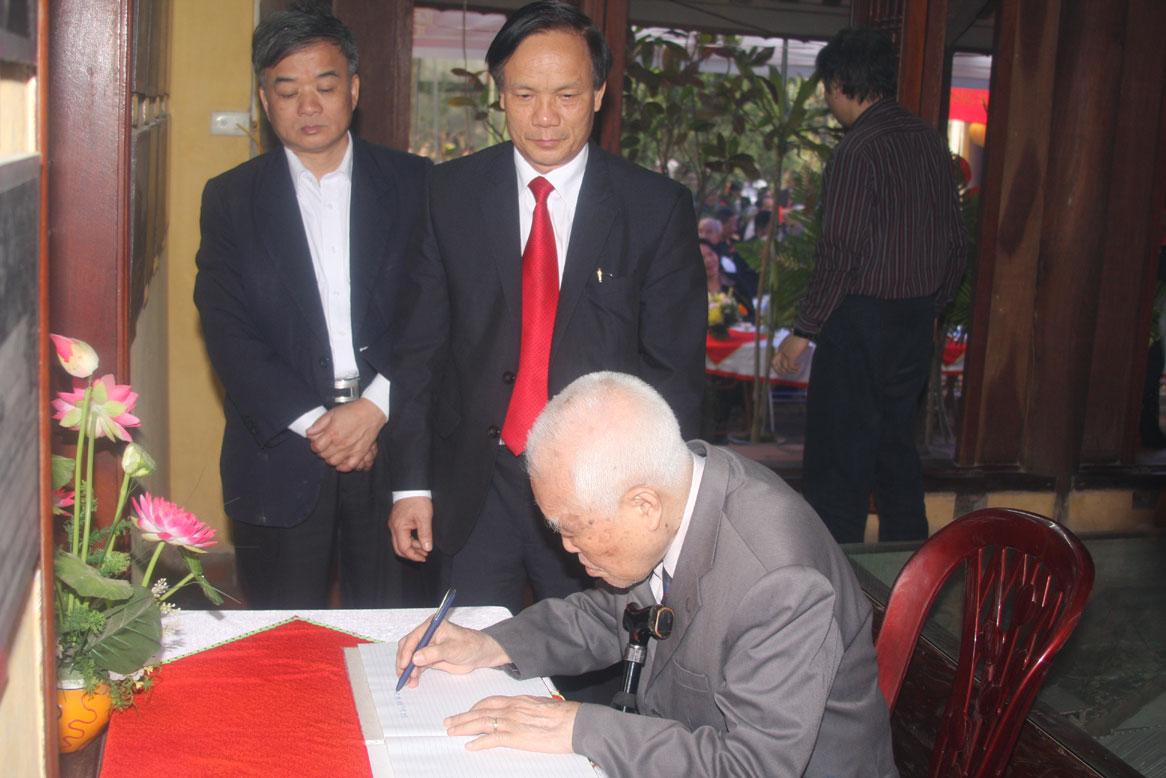 Đồng chí Nguyễn Văn Trân ghi sổ lưu niệm